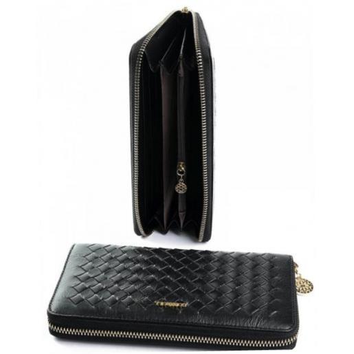 Кожаный кошелек черного цвета с переплетением на клапане