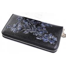 Кожаный женский кошелек черного цвета с цветочным принтом