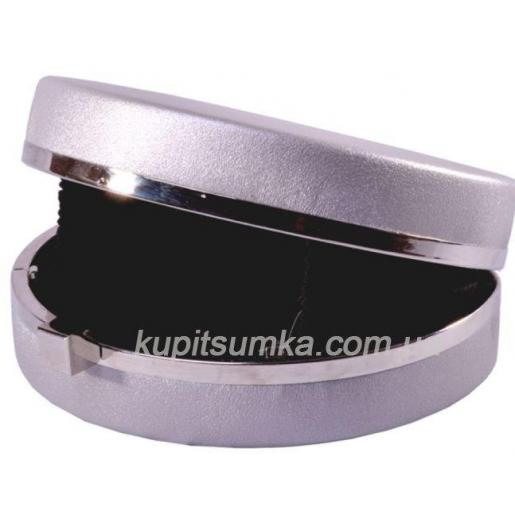 Клатч вечерний из кожзаменителя серебристого цвета с серебристой фурнитурой