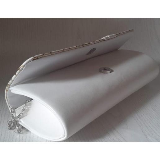 Женский клатч из белого кожзаменителя с серебристой фурнитурой