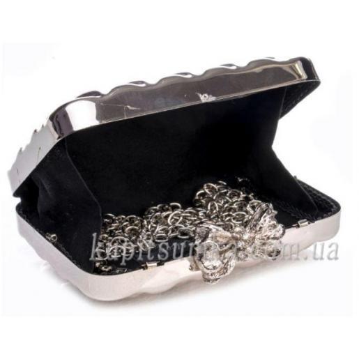 Женский клатч серебряного цвета с оригинальной застёжкой